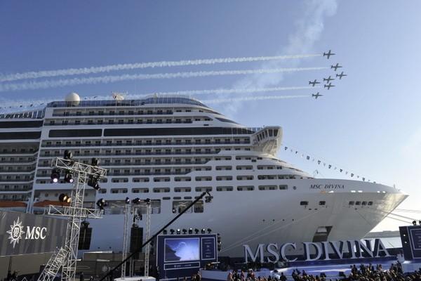 Flugshow über MSC Divina