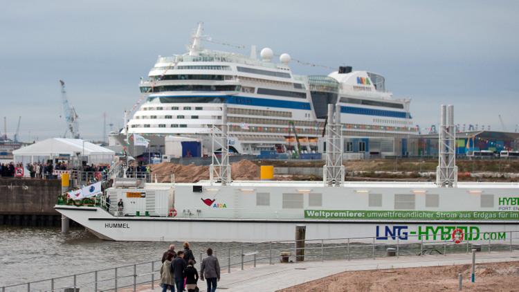 Hamburg - LNG Hybrid Barge mit AIDAsol