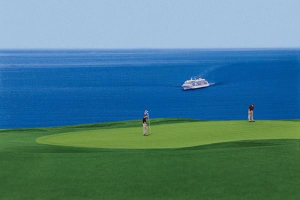 ms europa golfreisen vor golfplatz