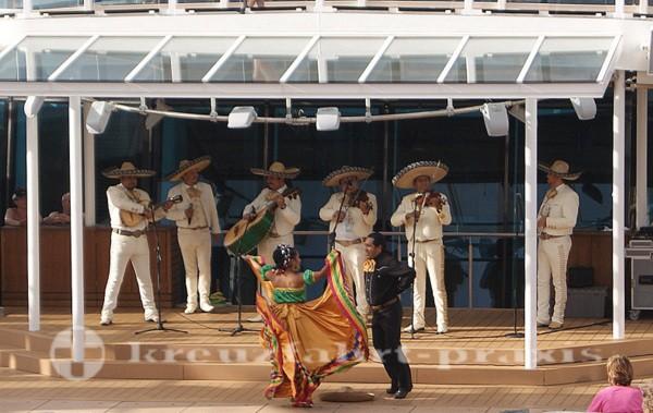 Mariachi Gruppe und Tänzer