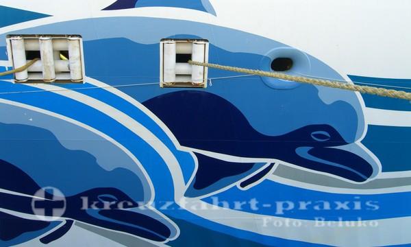 Drei Delfine zieren den Schiffsrumpf