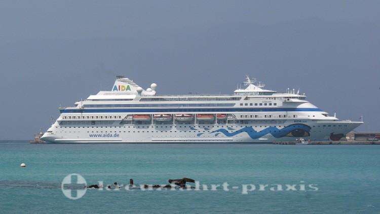 AIDAcara im Hafen von Mindelo/Kapverden