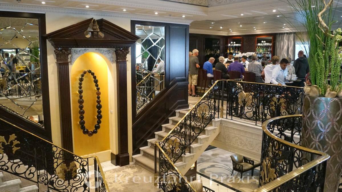 Das Mosaic Café und das offene Treppenhaus der Azamara Journey