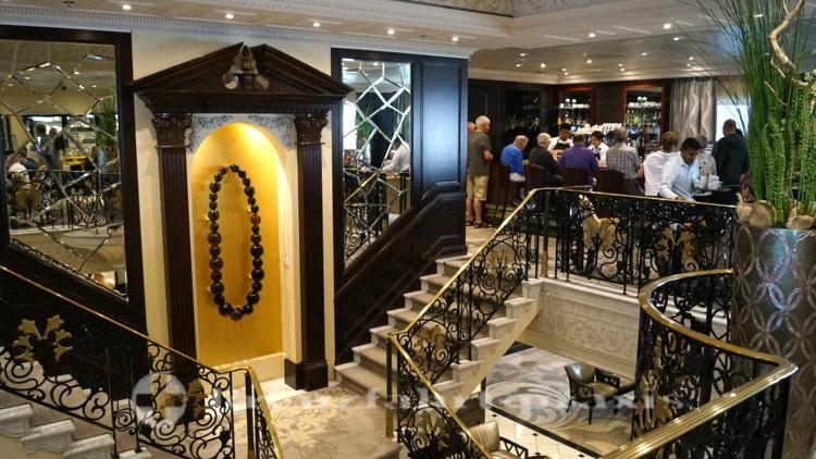 Mosaic Café und das offene Treppenhaus