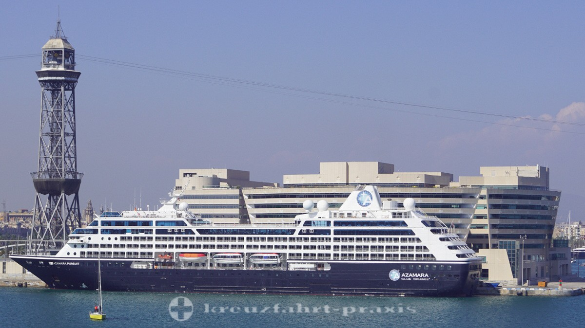Kreuzfahrtschiff Azamara Pursuit im Hafen von Barcelona