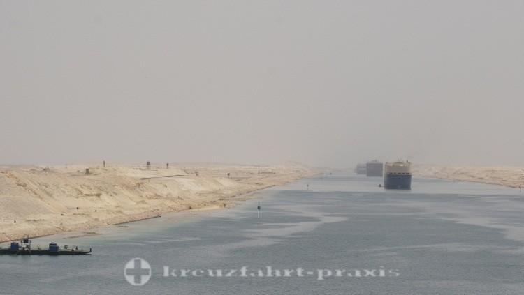 Konvoi-Fahren im Suezkanal