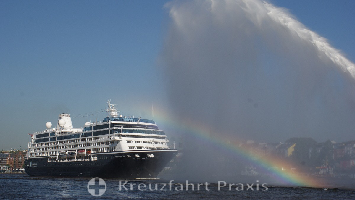 Traditionelle Begrüßung der Azamara Quest in Hamburg