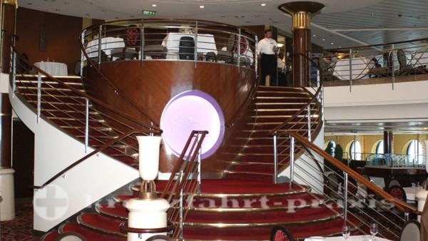 Celebrity Summit - Haupttreppe im Cosmopolitan Restaurant