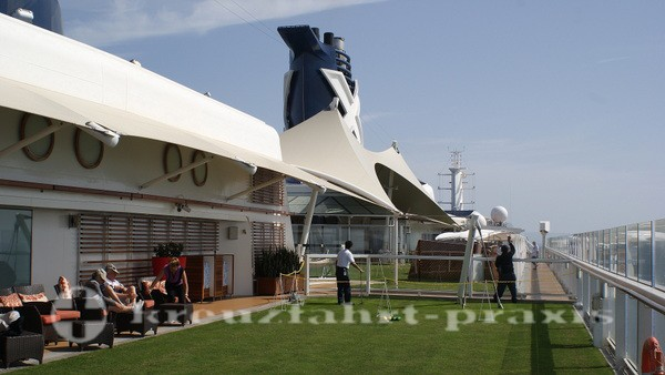 Celebrity Silhouette - Der Lawn Club