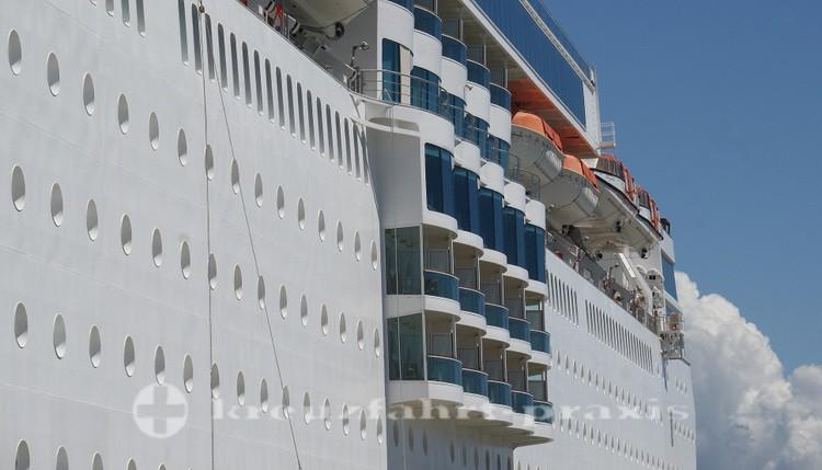 Costa neoRomantica - seitliche Balkone und Rettungsboote in luftiger Höhe