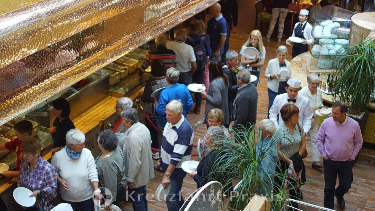 In the buffet restaurant La Paloma - standing in line to eat