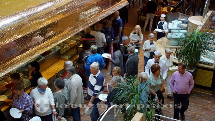 Im Buffet-Restaurant La Paloma - Anstehen zum Essenfassen