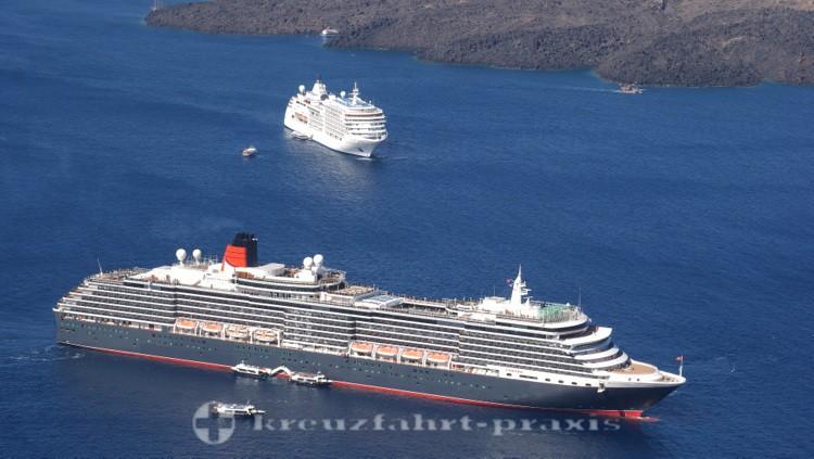 Cunards Queen Victoria auf Reede vor Santorin
