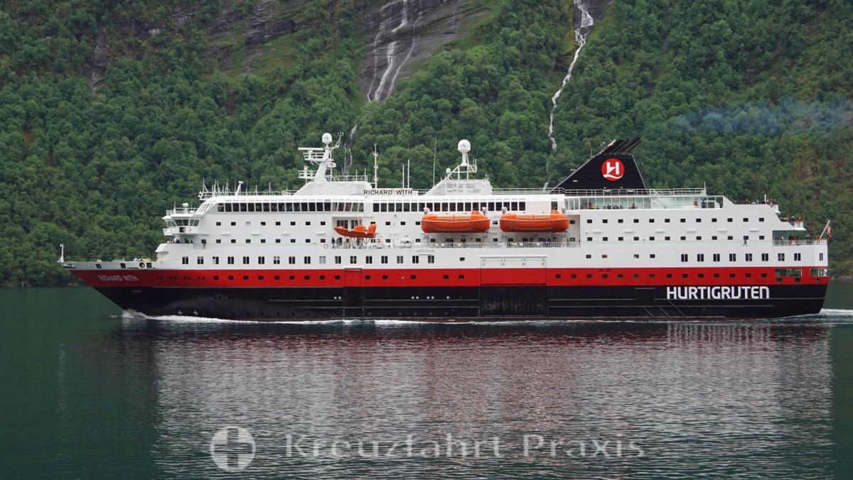 Hurtigruten-Schiff Richard With im Geirangerfjord