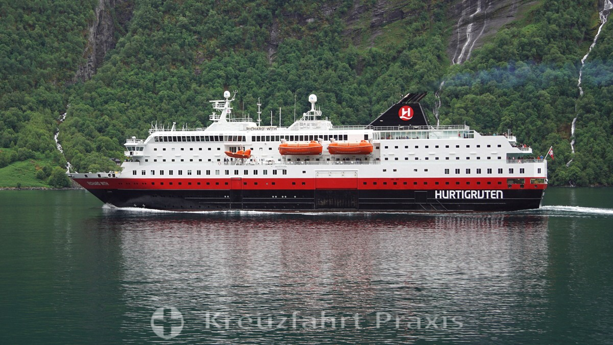 Hurtigruten-Schiff Richard With im Geirangerfjord