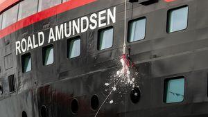 Hurtigruten: Schiffstaufe in der Antarktis