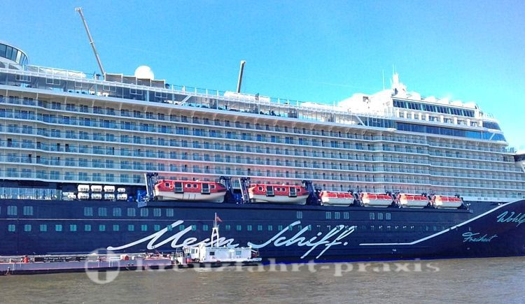 mein schiff 1 in hamburg getauft. Black Bedroom Furniture Sets. Home Design Ideas