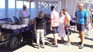 Gäste vor dem Foodmobil