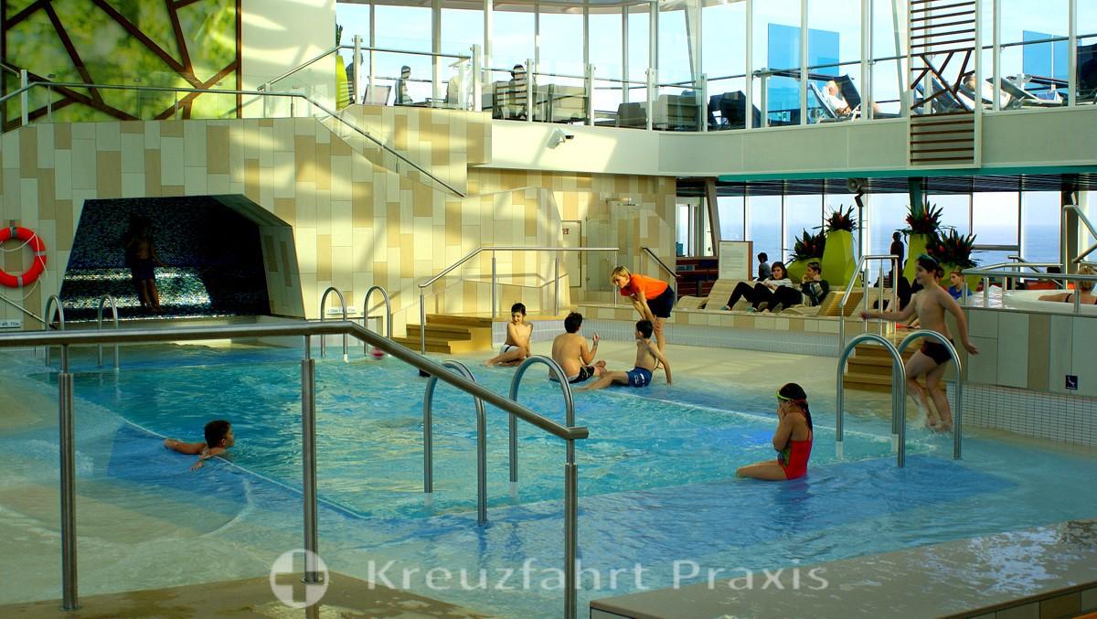 Mein Schiff 4 - child care in the pool area