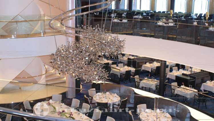 Mein Schiff 4 -Leuchter im Atlantik Klassik Restaurant