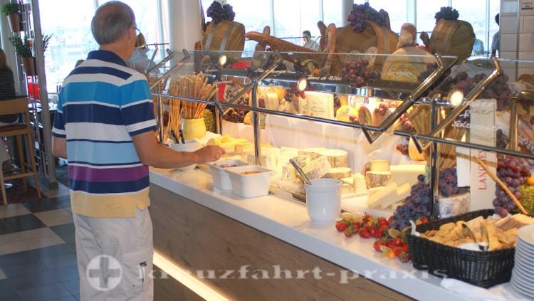 Mein Schiff 4 - Ein Teil des Käsebuffets im Buffet-Restaurant Anckelmlannsplatz
