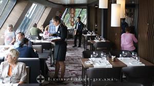 Service im Hanami by TIM RAUE – Restaurant