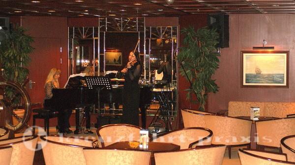 MS Astor - Musikalische Unterhaltung im Captain's Club