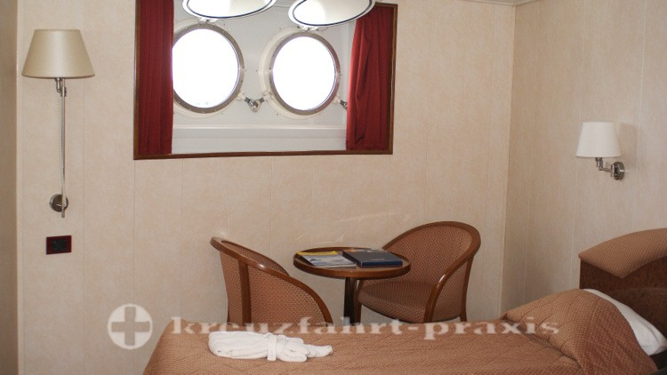 MS HAMBURG - two-bed outside cabin with portholes - cabin 404