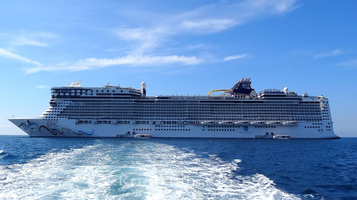 Norwegian Epic 601 vor Cannes