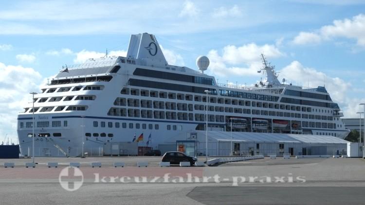 Oceania Nautica im Hafen von Warnemünde