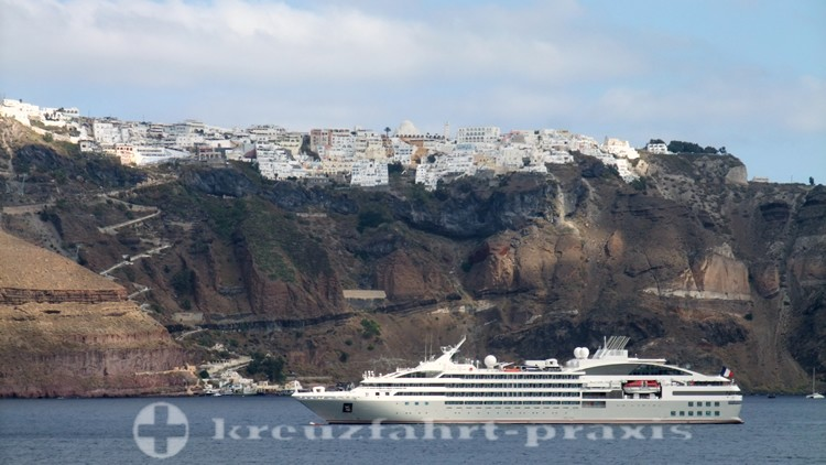 PONANT-Schiff Le Lyrial vor Thira/Santorin