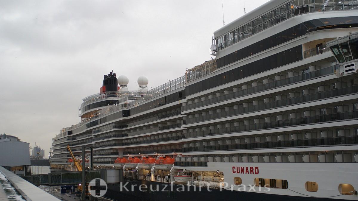 Queen Elizabeth in the port of Hamburg