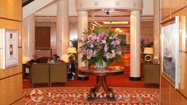 Queen Mary 2 - Üppiger Blumenschmuck in der Grand Lobby