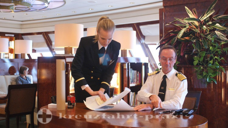 Queen Mary 2 - Captain Wells bei der Signierstunde