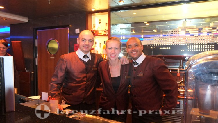 Queen Mary 2 - Barkeeper im Commodore Club