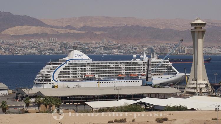 Regent Seven Seas Voyager im Hafen von Akaba