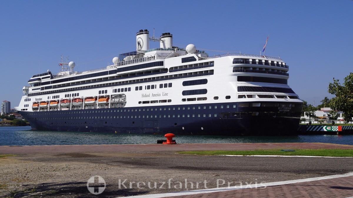 MS Rotterdam im Hafen von Puerto Vallarta/Mexiko