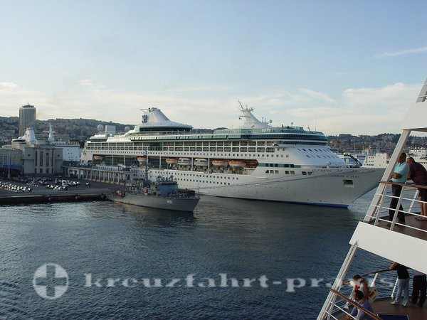 Legend of the Seas im Hafen von Neapel