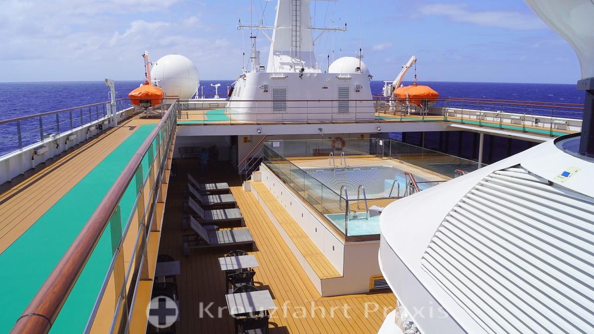 WORLD VOYAGER - pool deck