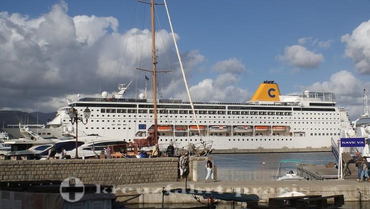Kreuzfahrtschiff Costa neoRiviera im Hafen von Ajaccio