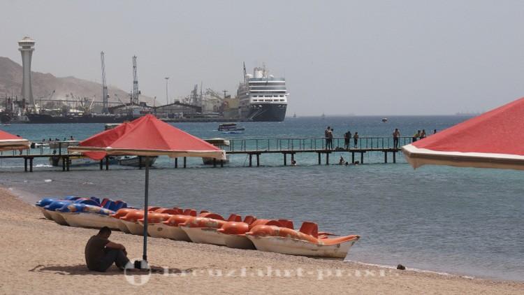 Akaba - Stadtstrand und dahinter das Kreuzfahrt-Terminal
