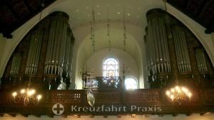 Die Orgel und das Kaiser Wilhelm-Fenster der Ålesund Kirke