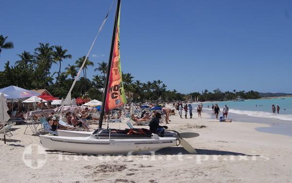 Katamarane am Strand der Dickenson Bay