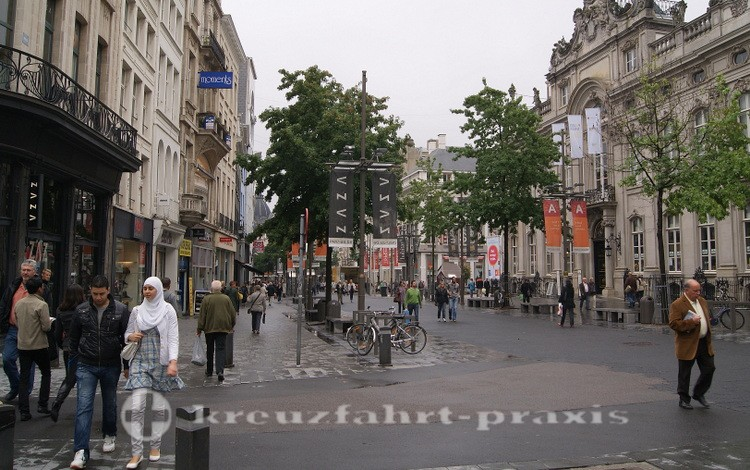Die Meir-Fußgängerstraßsse mit dem Stadtfestsaal