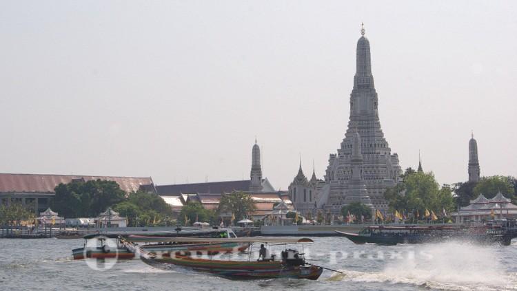 Chao Phraya mit dem Wat Arun Tempel