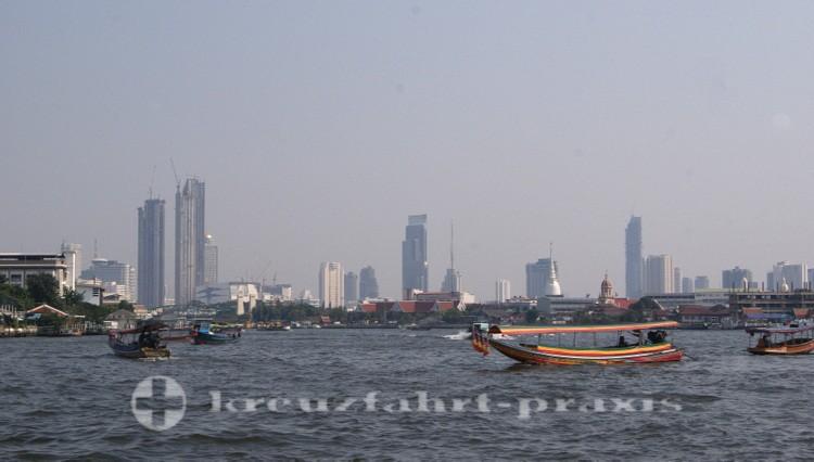 Boote auf dem Chao Phraya-Fluss