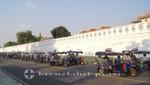 Tuk Tuks vor dem Großen Palast