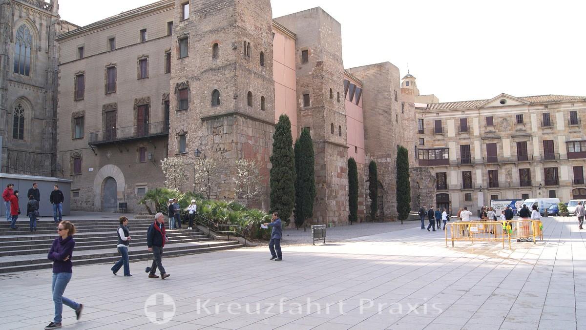 Barcelona - Vorplatz der Kathedrale mit der Casa de l'Ardiaca