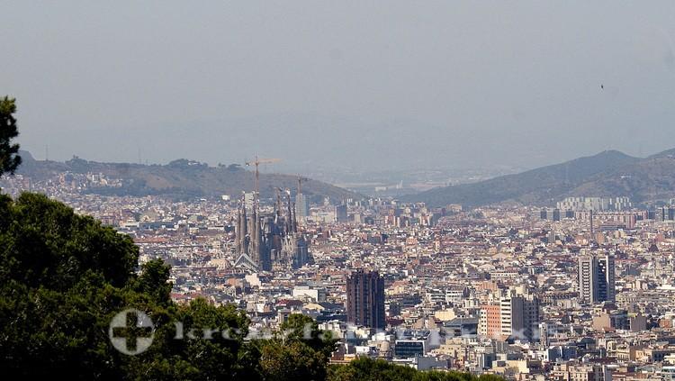 Stadtpanorama von Barcelona mit der Sagrada Familia