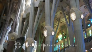 barcelona sagrada familia kirchenschiff